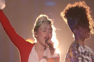"""The Voice Usa, Miley Cyrus, Alicia Keys, Adam Levine e Blake Shelton cantano """"Dream On"""" – video"""