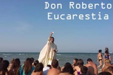Don Roberto Fiscer, il prete ex DJ che ha trasformato Andiamo a Comandare in Ci Andiamo a Confessare