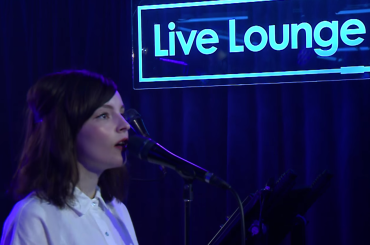 CHVRCHES cantano Bury It e  This Is What You Came For di Harris e Rihanna – video