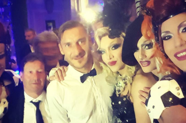 Francesco Totti, spettacolo drag per la festa dei 40 anni – foto