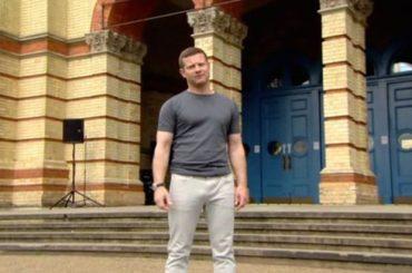X-Factor Uk, il presentatore Dermot O'Leary in tuta mostra tutte le sue 'doti' – video