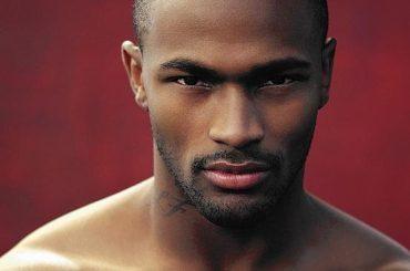 Keith Carlos, l'ex trionfatore di America's Next Top Model denuncia problemi di pacco – video