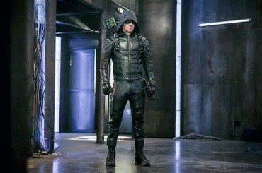 Arrow, Stephen Amell straborda de pacco nella 1° foto della 5° stagione