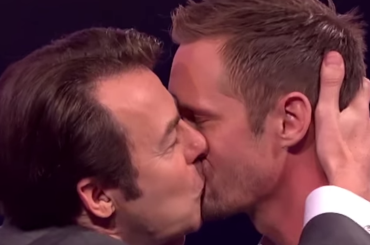 Alexander Skarsgård, bacio in bocca a Jonathan Ross – video