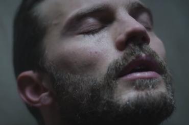 The Fall, la sexy doccia di Jamie Dornan – video