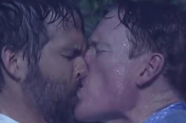 Le pagine della Nostra Vita 2, bacio gay tra Ryan Reynolds e Conan O'Brien – video