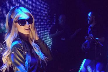 Paris Hilton rimbalzata all'aeroporto causa passaporto scaduto: licenziata l'assistente