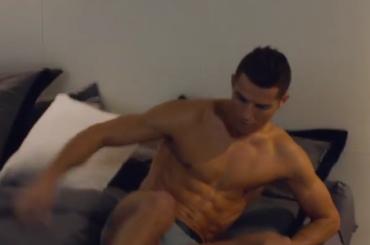Cristiano Ronaldo palleggia in mutande su Instagram – video