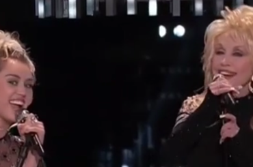 The Voice of Usa, Miley Cyrus canta Jolene con Dolly Parton e i  Pentatonix – video