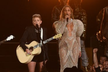 CMA Awards, Beyonce canta Daddy Lessons in versione COUNTRY con le Dixie Chicks – video