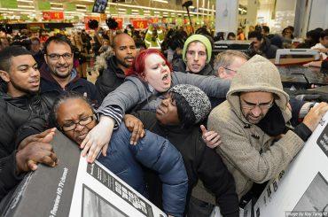 Black Friday, scene di follia dai centri commerciali – video