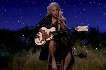 "AMA 2016, Lady Gaga canta  ""Million Reasons"" – video"