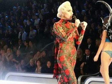Victoria's Secret Fashion Show, Lady Gaga star in passerella – i video