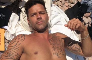 Ricky Martin con l'anello sull'illice – la foto del piede