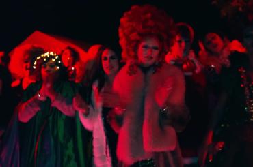 100 drag queen cantano il Natale, l'epico video