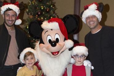 Ricky Martin a Disneyland con i figli e il futuro sposo Jwan Yosef – foto
