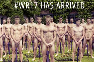 Warwick Rowers 2017, i canottieri inglesi nudi a  Westminster mandano un calendario a Donald Trump a sostegno dell'uguaglianza – video