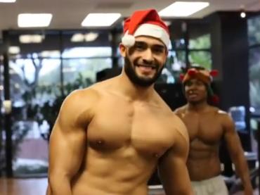 Sam Asghari, buon Natale sexy dal presunto fidanzato di Britney Spears – video