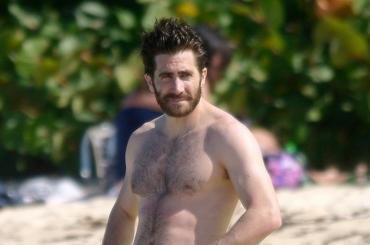 Jake Gyllenhaal, costume con fisicazzo di fine anno – foto