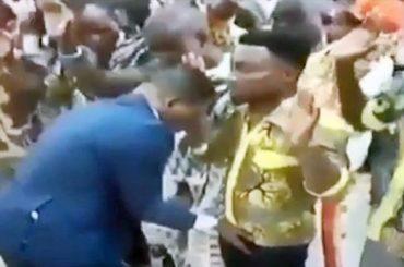 Daniel Obinim, il vescovo ghanese che benedice i PACCHI dei propri fedeli – video