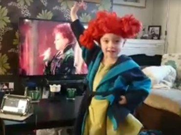 """Bimbo diventa Winifred di """"Hocus Pocus"""", l'orgoglio social del padre – video"""
