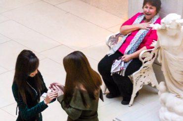 Proposta di matrimonio lesbo: la reazione di una sconosciuta è l'emblema della gioia – video