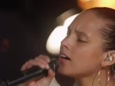 Capodanno 2017, i live di Jennifer Lopez, Alicia Keys e Fifth Harmony – video