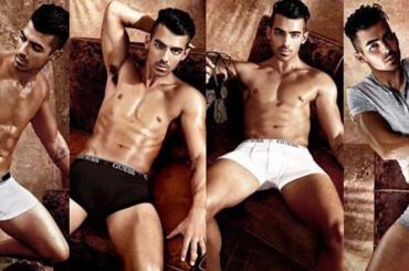 Joe Jonas in mutande per GUESS, tutte le foto della nuova campagna