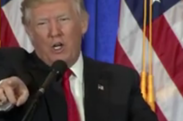 Donald Trump imita Britney Spears e attacca la stampa in conferenza – video