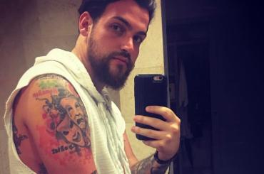 Valerio Scanu barbuto e tatuato in costume – la foto