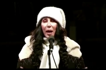 Cher in piazza contro Donald Trump, il video