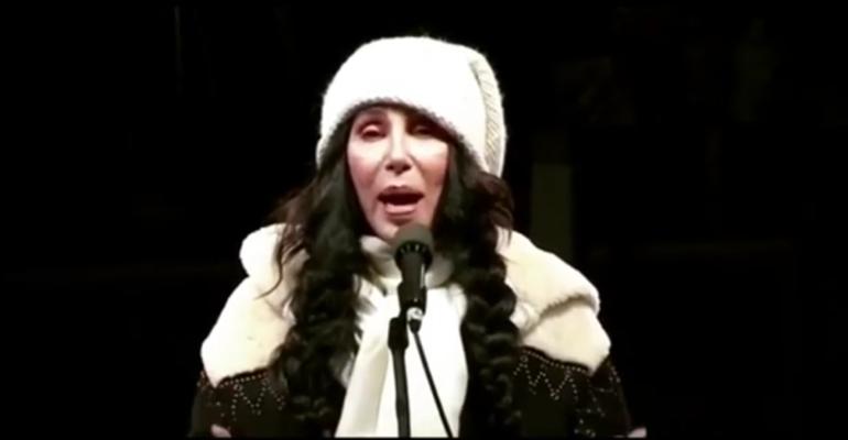 Cher in piazza contro Donald Trump, il video