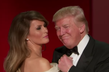 Donald e Melania Trump ballano My Way (ma lui è un ciocco di legno) – il video