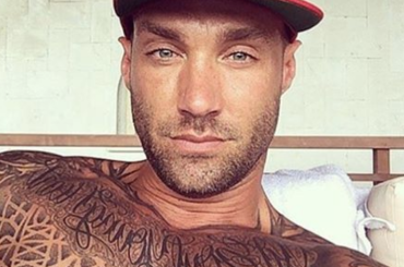 Celebrity Big Brother Uk, Calum Best con le chiappe all'aria