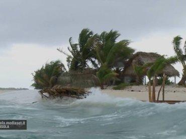Isola 2017, bufera su Cayo Cochinos – naufraghi già sbarcati e puntata a rischio