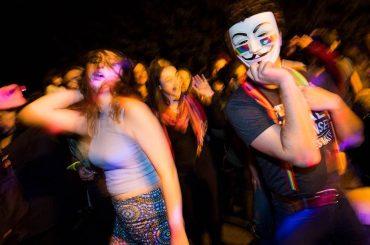 Donald Trump, Queer Dance Party davanti alla casa del vice-presidente omofobo Mike Pence – video