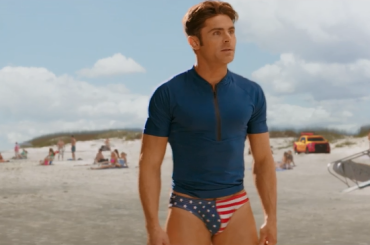 Baywatch, Zac Efron con slippini a stelle e strisce nello spot Super Bowl – video