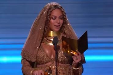 Beyoncé recita il Santo Rosario della domenica – video