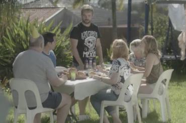 'Mamma, papà, devo dirvi una cosa….' – il geniale video del Mardi Gras sull'accettazione in famiglia