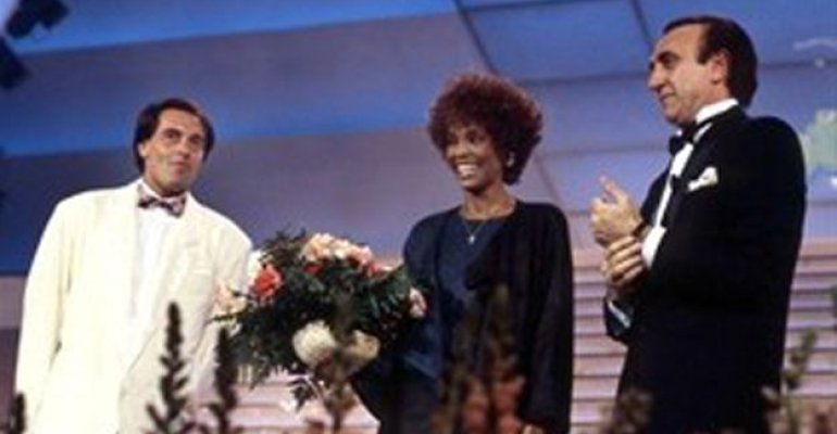 Whitney Houston abusata da bambina dalla cugina Dee-Dee
