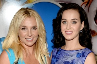 Grammy 2017, Katy Perry sfotte Britney Spears sul red carpet – video