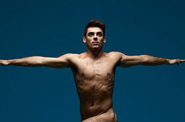 Chris Mears vola nudo per il magazine Sport Uncovered