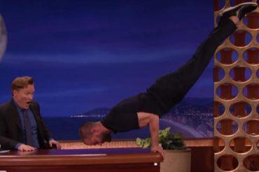 Jamie Dornan sfoggia i muscoli sulla scrivania di Conan O'Brien – video