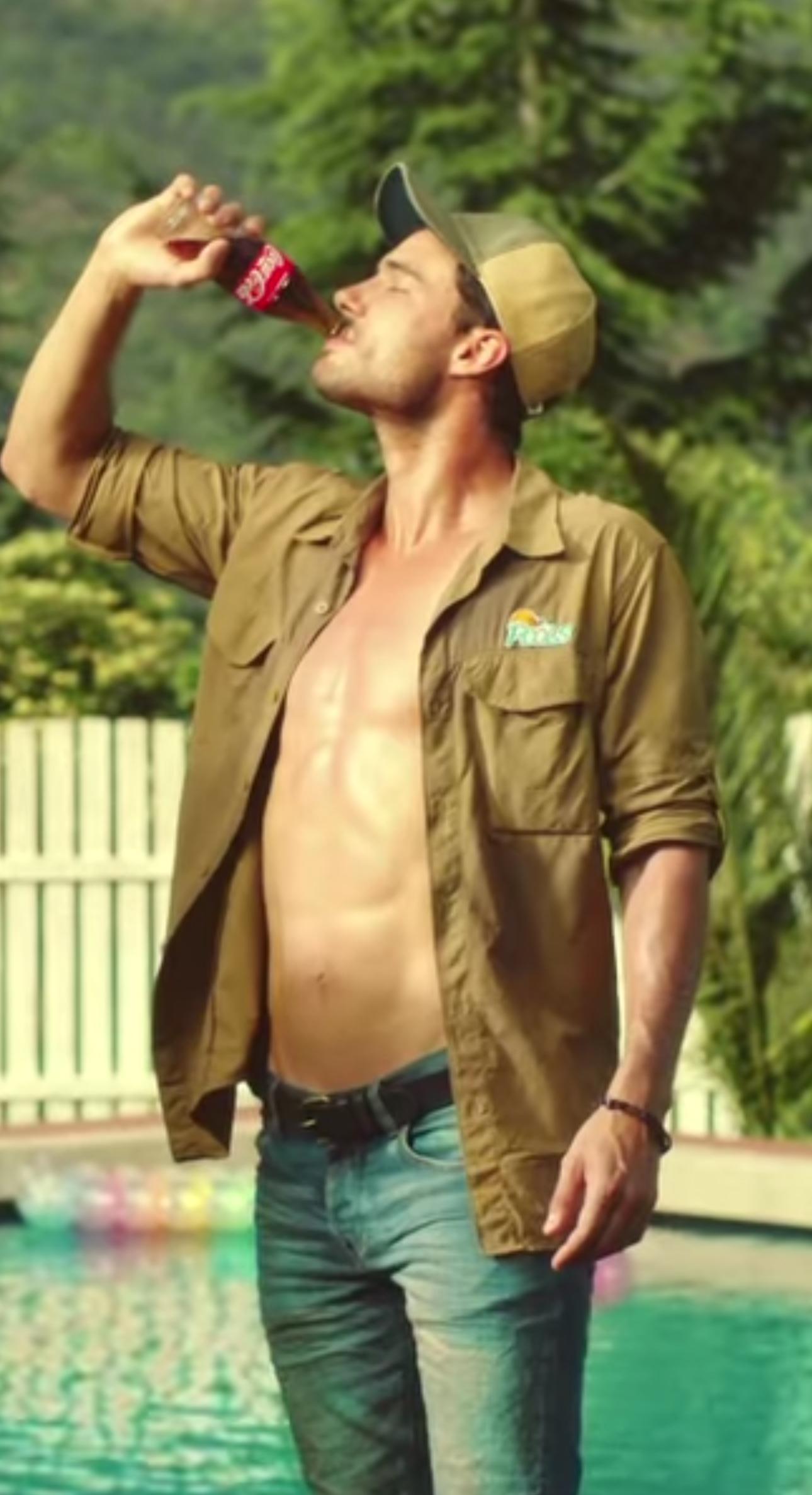 Coca cola sorella e fratello litigano per il bonazzo che for Follando en la piscina gay