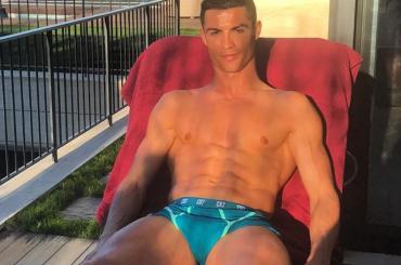 Cristiano Ronaldo, pacco a cosce aperte su Instagram – foto