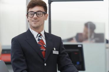 Tom Daley si finge addetto British Airways ad Heathrow – lo sketch