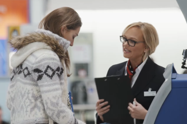 Emma Bunton finta assistente British Airways per beneficenza – video