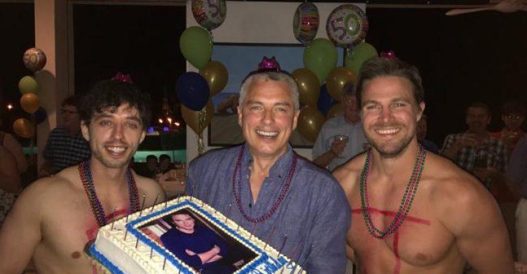 Arrow, Stephen Amell si spoglia per i 50 anni di John Barrowman – foto