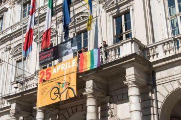 Torino, bandiera rainbow sul balcone del Comune per dire basta all'omocausto ceceno