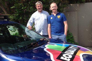 Papà australiano riempie l'auto di adesivi LGBT per sostenere il figlio gay e il matrimonio egualitario
